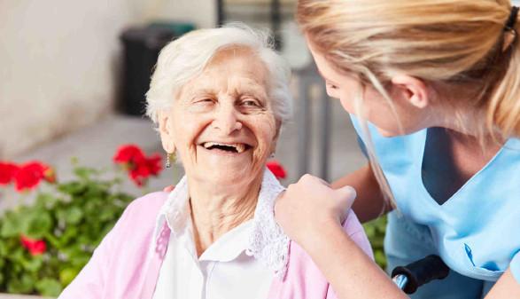glückliche ältere Frau mit Pflegerin © Robert Kneschke, stock.adobe.com