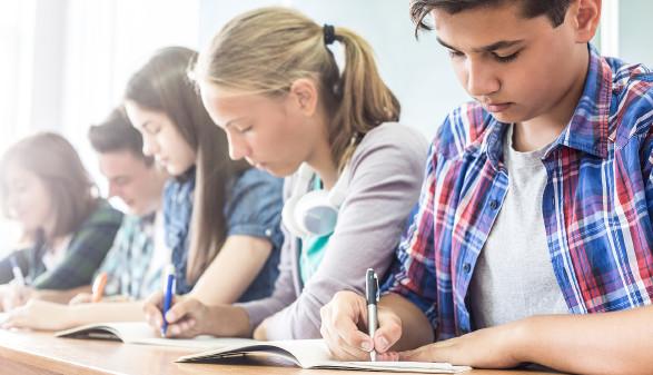 Schüler schreiben konzentriert © yanlev , stock.adobe.com