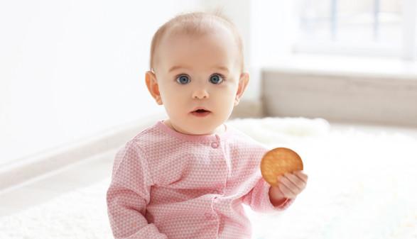 Sitzendes Kleinkind hält Keks in der Hand © Africa Studio, stock.adobe.com