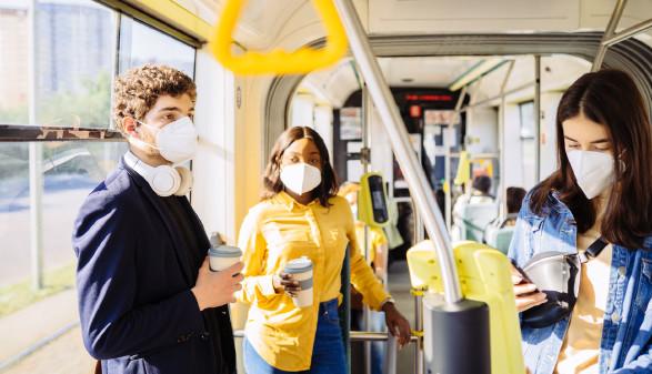 Menschen mit Masken im öffentlichen Verkehrsmittel © Iryna, stock.adobe.com