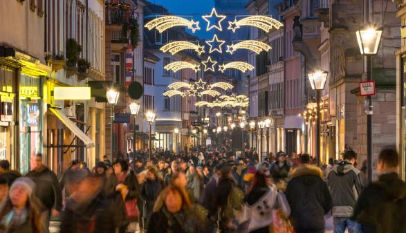 Einkaufsstraße zur Weihnachtszeit © eyetronic , stock.adobe.com