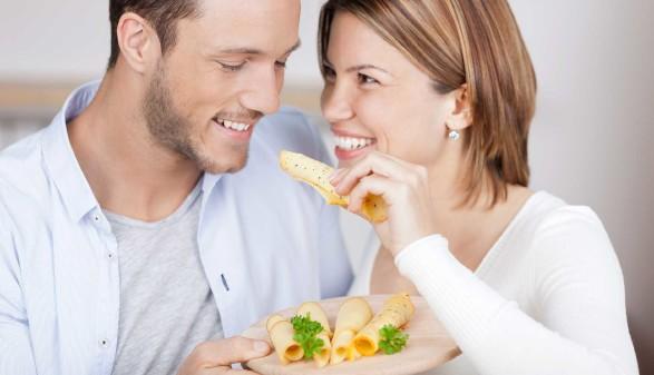 Paar isst Käse © contrastwerkstatt, stock.adobe.com