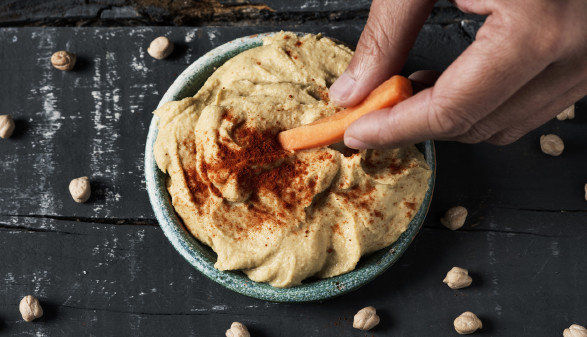 Klassischer Hummus serviert in Schale © Nito, stock.adobe.com