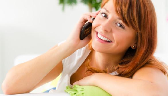 Frau telefoniert mit ihrem Smartphone © Picture-Factory, fotolia.com