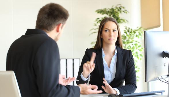 Frau und Mann im Gespräch © Antonio Guillem, stock.adobe.com