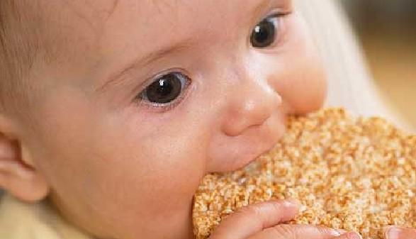 Baby isst Reiswaffel © -, Huffington Post