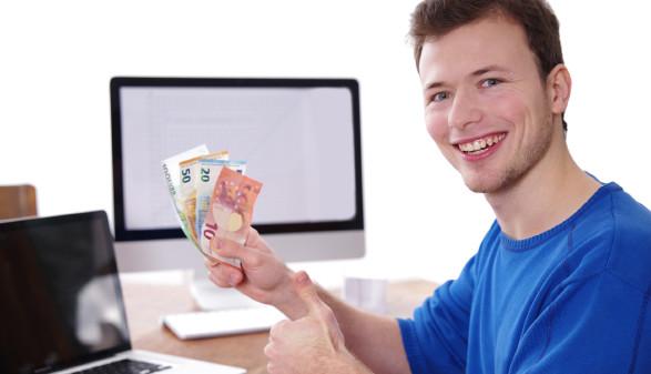Lehrling hält Euro-Geldscheine in der Hand © Wellnhofer Designs , stock.adobe.com