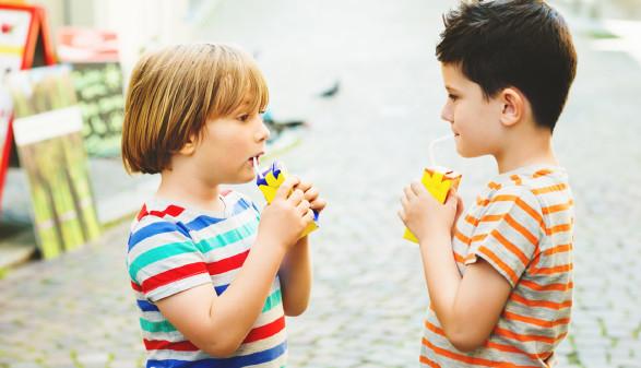 2 Kinder trinken aus Saftpäckchen © annanahabed, Fotolia.com