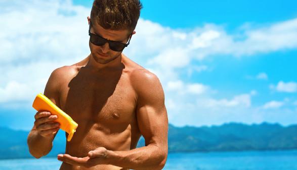 Muskulöser Mann gibt Sonnenmilch auf die Hand © puhhha , stock.adobe.com