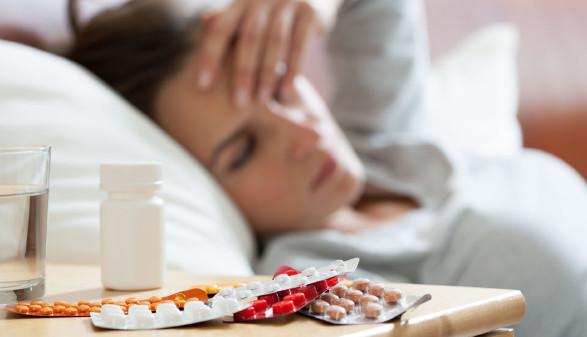 Frau liegt krank im Bett © Photographeeeu, stock.adobe.com