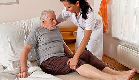 Pflegekraft hilft älterem Mann aus dem Bett © Gina Sanders, Fotolia.com