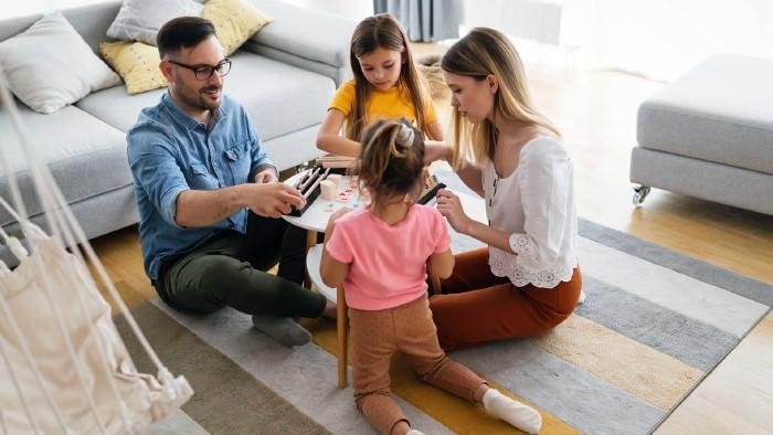 Familie spielt Brettspiel © NDABCREATIVITY, adobe.stock.com