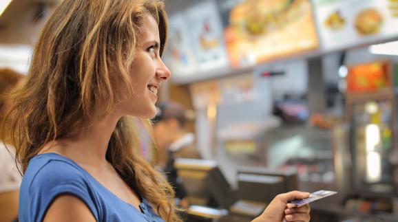 Frau zahlt im Fast Food Restaurant mit Karte © olly, stock.adobe.com