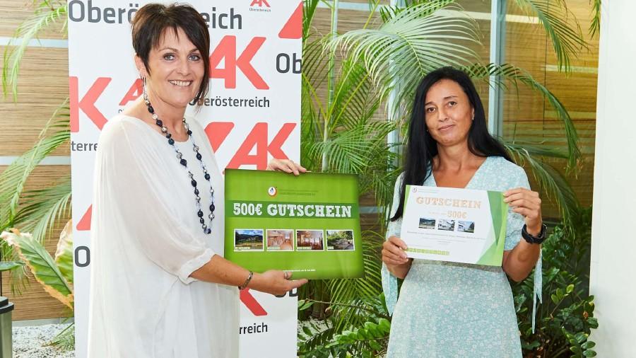 AK-Vizepräsidentin Elfriede Schober überreicht den Gutschein an Gewinnerin Elisabeth Rutzinger © -, Arbeiterkammer Oberösterreich