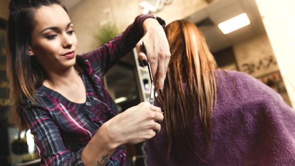 Friseurin beim Haare schneiden © PointImages, stock.adobe.com