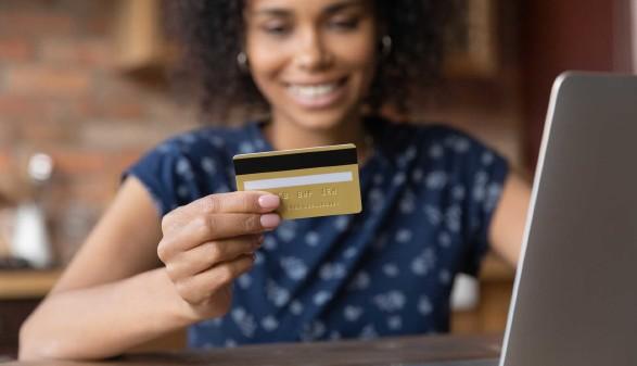 Frau mit Kreditkarte © fizkes, adobe.stock.com