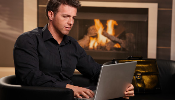 Mann sitzt mit Laptop vorm Kamin © nyul, stock.adobe.com