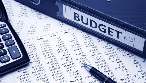 Budgetordner mit Taschenrechner und Zahlenliste © kemaltaner, stock.adobe.com