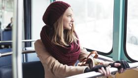 Frau sitzt in der Straßenbahn und schaut aus dem Fenster © hedgehog94, stock.adobe.com