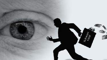 Jemand blickt auf laufende Person mit Schwarzgeld-Koffer © SZ-Designs, Fotolia.com