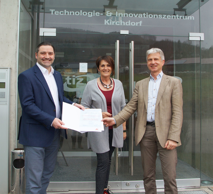 AK-Vizepräsidentin Elfriede Schober übergibt das Zertifikat  © Technologie Gruppe Kremstal