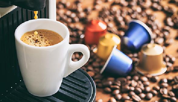 Kaffemaschine, daneben liegen Kaffeebohnen und Kaffeekapseln © Rawf8, Fotolia.com