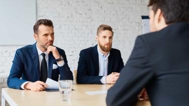 Chef und Mitarbeiter in einem Gespräch © barabq, stock.adobe.com