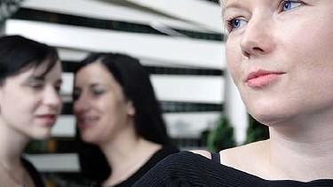 Tuschelnde Frauen und eine Frau alleine im Vordergrund © Gernot Krautberger, Fotolia.com