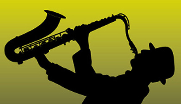 Mann mit Hut spielt Saxophon © Silvia Kettl, -