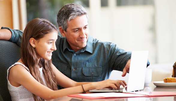 Vater und Tochter sitzen vor Laptop © Monkey Business, stock.adobe.com
