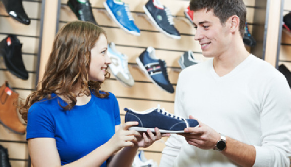 Verkäuferin berät einen Kunden beim Kauf von Sportschuhen © Kadmy, fotolia.com