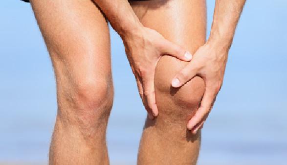 Sportler hält sein Knie wegen Schmerzen © Maridav, Fotolia.com