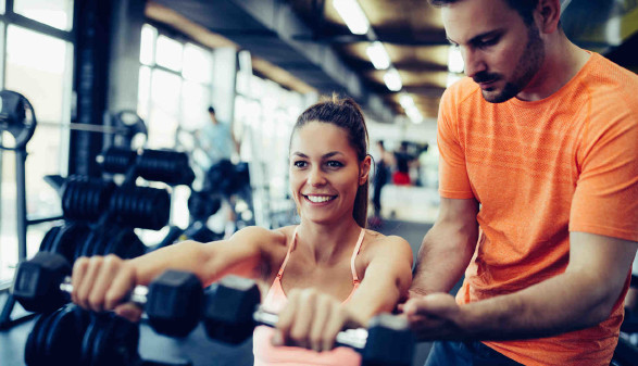 Frau mit Fitness-Trainer im Studio © NDABCREATIVITY, stock.adobe.com
