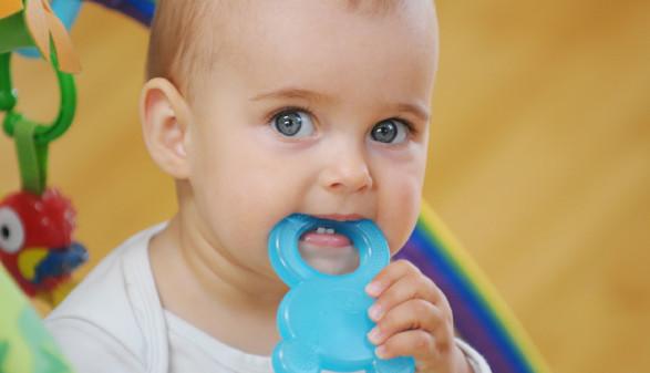 Baby mit Beißring © Lichtfisch, stock.adobe.com