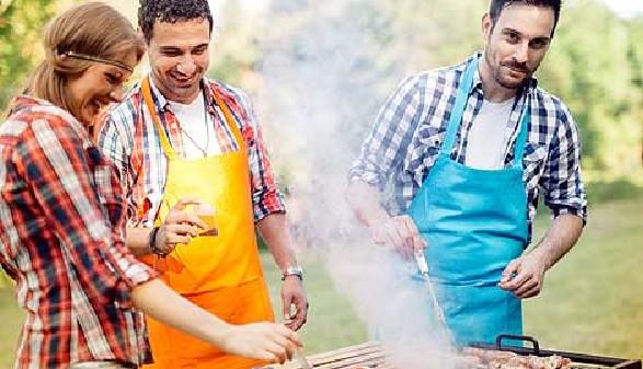 Zwei Männer und eine Frau beim Grillen © nd3000, Fotolia.com