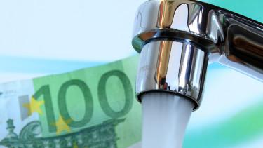 Wasserhahn mit 100-Euro-Schein im Hintergrund © InPixKommunikation, Fotolia.com