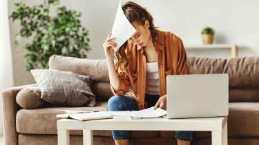 Frau sitzt im Wohnzimmer vor einem Laptop © Jenko Ataman, stock.adobe.com