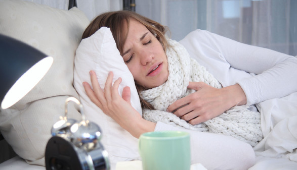 Junge Frau liegt krank im Bett © Sven Vietense , stock.adobe.com