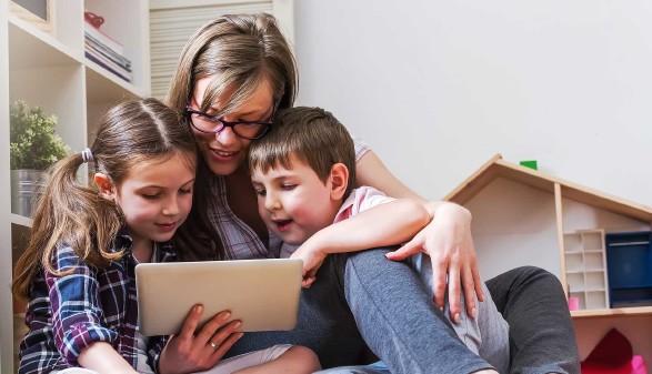 Frau mit zwei Kindern mit Tablet © lordn, stock.adobe.com
