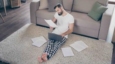 Mann mit Laptop sitzt im Wohnzimmer am Boden © deagreez, stock.adobe.com