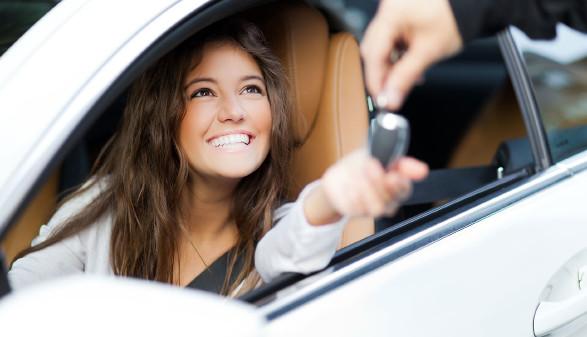 Autofahrerin bekommt ihren Autoschlüssel © Minerva Studio, stock.adobe.com