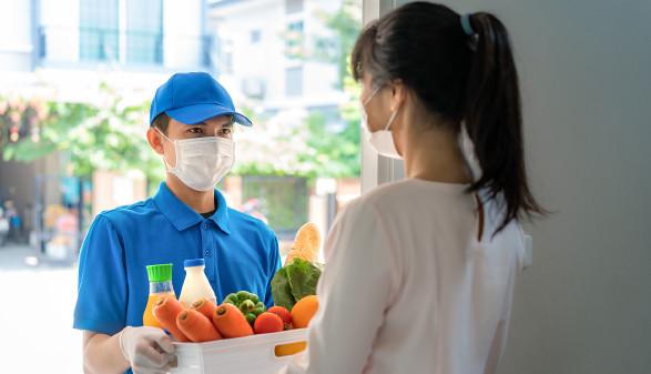 Mann vom Lieferservice bringt die bestellten Lebensmittel zur Haustür © ake1150, stock.adobe.com