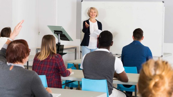 Vortragende in der Erwachsenenbildung © JackF, stock.adobe.com