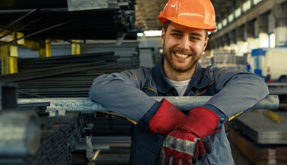 Arbeiter mit Schutzhelm in Werkshalle © Zoriana, stock.adobe.com