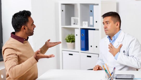Verärgerter Patient und Arzt diskutieren miteinander © Syda Productions, stock.adobe.com