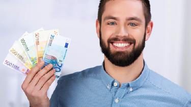 Mann mit Vollbart hält Euro-Geldscheine in der Hand © contrastwerkstatt, Fotolia.com