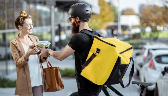 Fahrradbote bringt Kundin ihre bestellte Ware © rh2010, stock.adobe.com