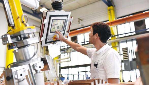 Arbeiter steuert die Herstellung von Transformatoren in einer Fabrik © industrieblick, stock.adobe.com