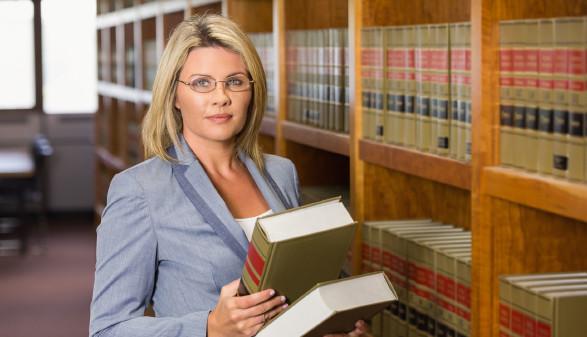 Anwältin in Bibliothek mit Gesetzestexten © WavebreakmediaMicro, Fotolia.com