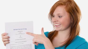 Lehrling zeigt auf Arbeitsvertrag © Jeanette Dietl , stock.adobe.com